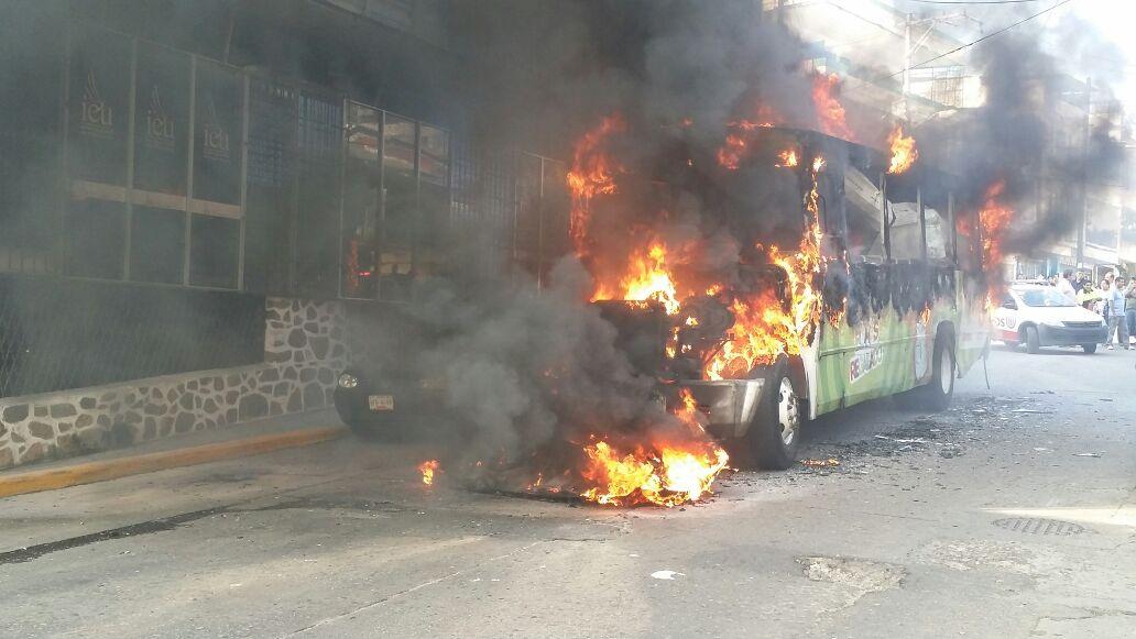 Incendio de camión urbano en Acapulco (Noticieros Televisa)