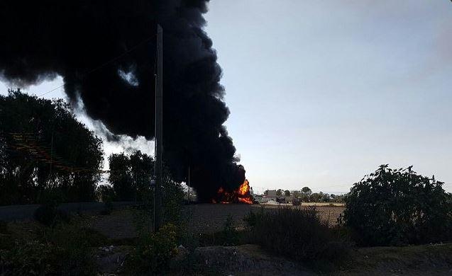 Cuatro camionetas resultaron calcinadas y cables de energía eléctrica se quemaron, por lo que varias viviendas se quedaron sin luz. (Twitter@e_municipios)