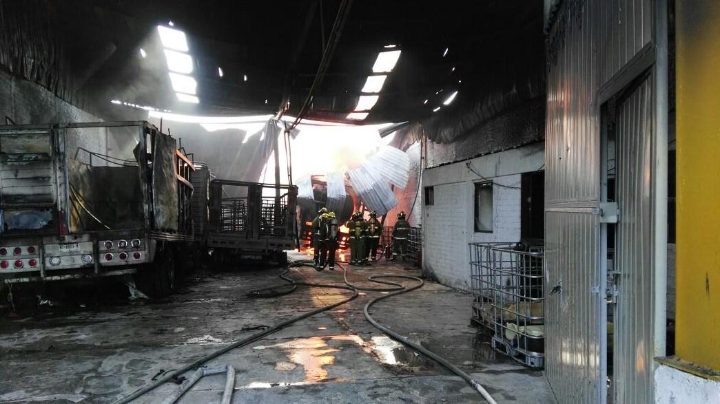 El fuego inició cerca de las 9 de la mañana en una bodega de la central, ubicada en la colonia Salvador Alcaraz Romero. (Twitter @GobMichoacan)