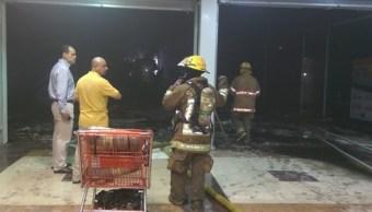 El fuego inició alrededor de las 06:30 de la mañana de este miércoles, en uno de los locales del centro comercial del sector Barrancos. (Twitter @PC_Sinaloa)