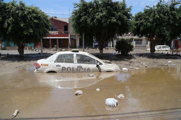 Una patrulla de la Policía Nacional permanece sepultada tras las inundaciones en la ciudad de Huarmey en la región costera de Ancash, Perú. (EFE)