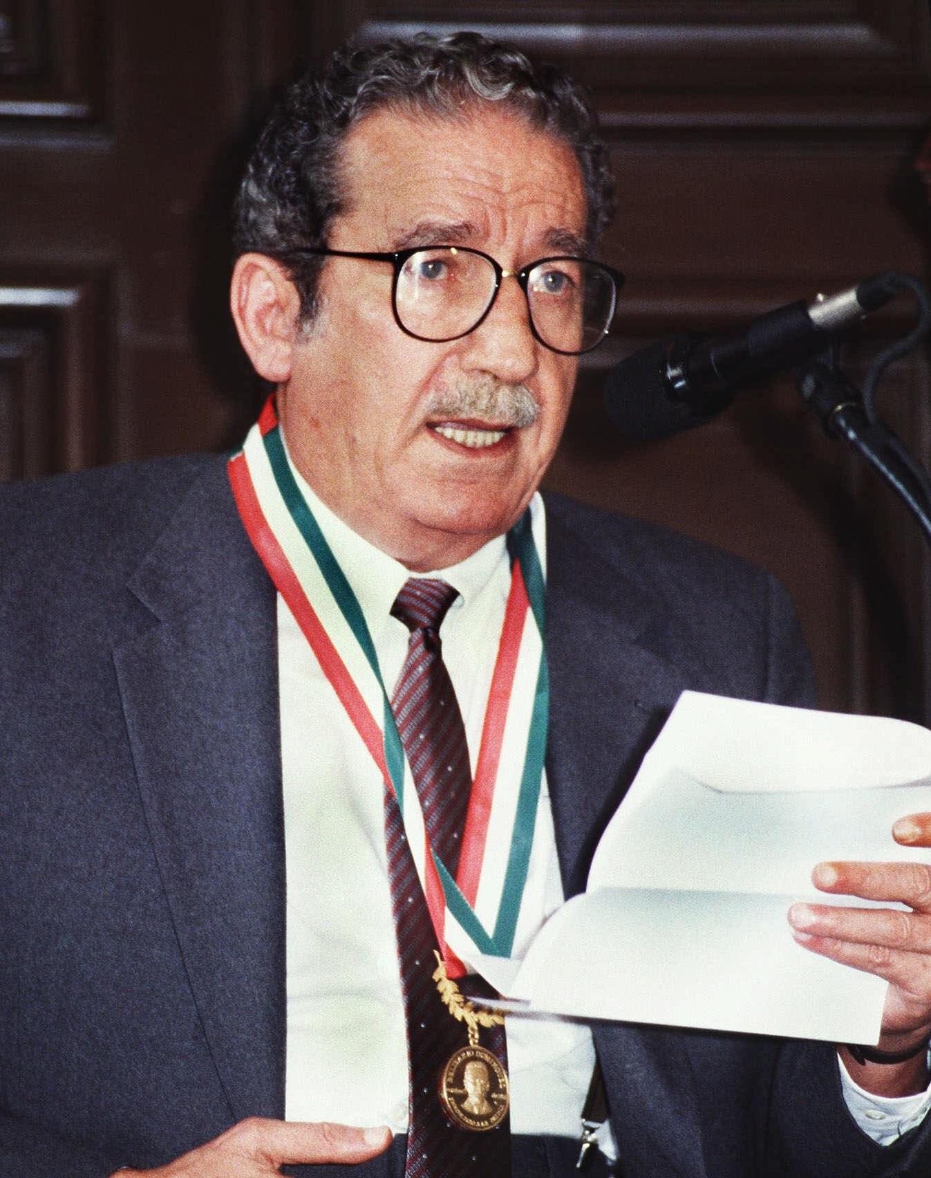 """Una foto del poeta mexicano Jaime Sabines después de recibir la medalla """"Belisario Domínguez"""" (AP)"""