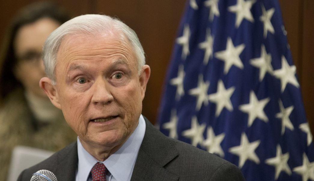 En conferencia en la ciudad de Richmond, Virginia, el fiscal General de Estados Unidos, Jeff Sessions, pidió a los elementos policiacos redoblar esfuerzos para capturar a los traficantes y regresarlos a México o Colombia. (AP)