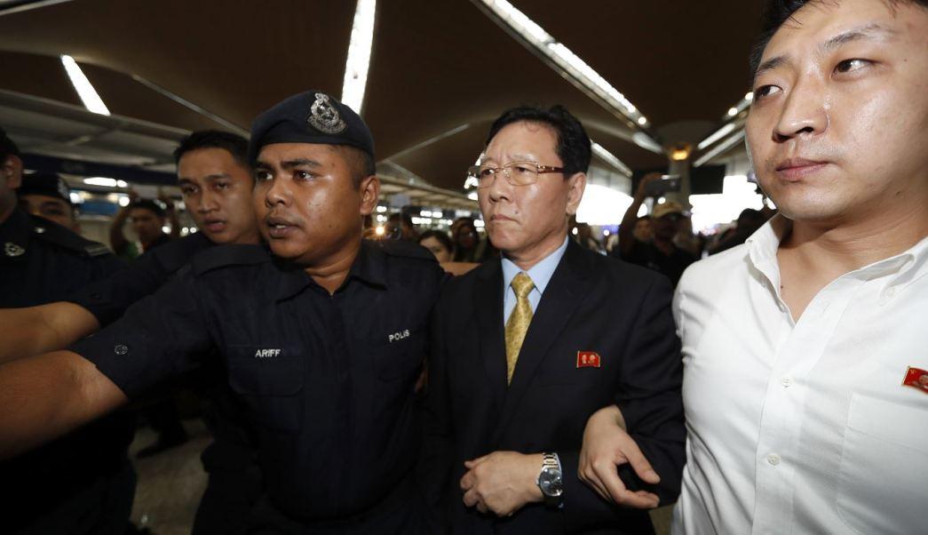 El embajador norcoreano en Kuala Lumpur, Kang Chol, dice que expulsión de Malasia daña gravemente las relaciones bilaterales. (AP)