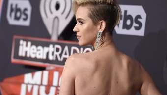 Katy Perry desfilando por una alfombra roja.