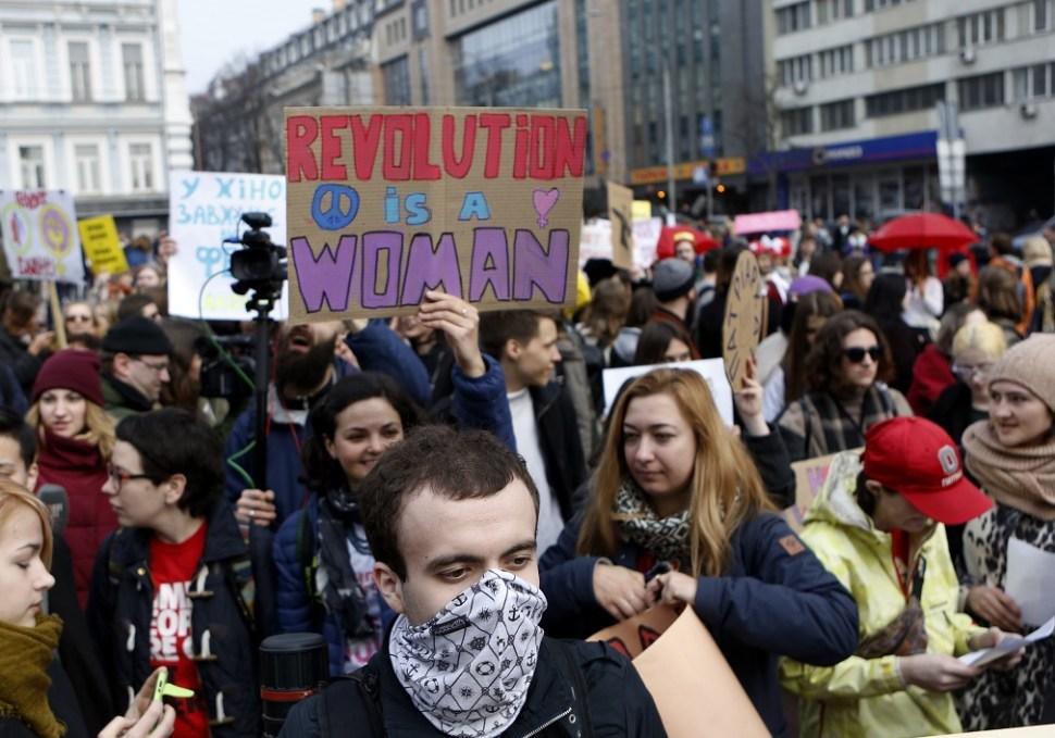 Mujeres ucranianas marchan con motivo del Día Internacional de la Mujer en Kiev, Ucrania (AP)