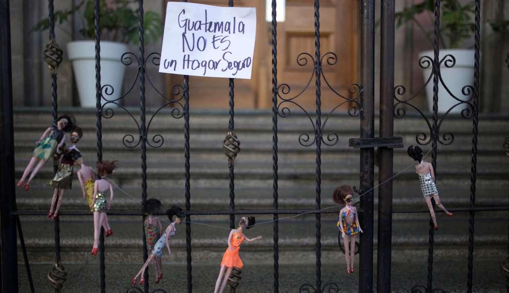 La muerte de 34 niñas tras incendiarse un albergue en Guatemala ha conmocionado al país.
