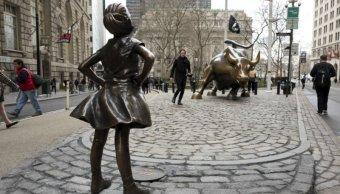 La 'niña sin miedo' desafía al toro de Wall Street.