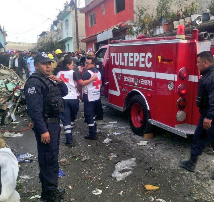 Protección Civil de Tultepec acude a atender a los heridos de la explosión (Twitter @Iberomed)