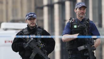 Cientos de policías armados llevaron a cabo redadas Londres y Birmingham. (AP)