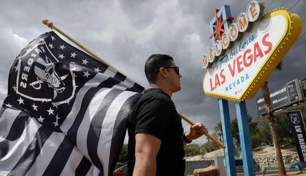 Los Raiders jugarán dos o tres años más en Oakland antes de que el nuevo estadio esté listo cerca del centro de Las Vegas.