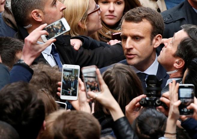 Emmanuel Macron, candidato a las elecciones presidenciales de 2017, es rodeado por estudiantes cuando visita a la Universidad de Lille, Francia (Reuters)