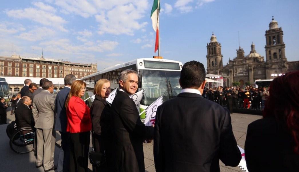 El jefe de gobierno capitalino, Miguel Ángel Mancera, dio el banderazo de salida a las nuevas unidades del transporte público M1 en el Zócalo de la CDMX.