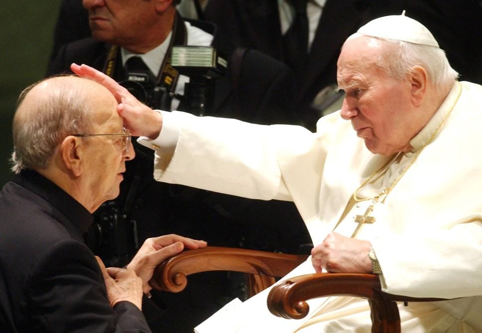 Marcial Maciel recibe la bendición del Papa Juan Pablo II.
