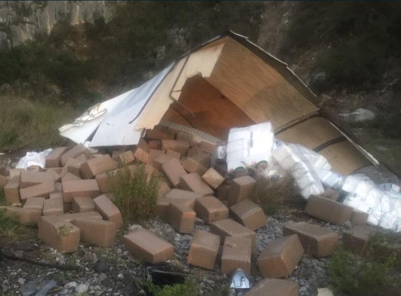 Marihuana que es hallada en camión volcado; el enervante tiene un peso de más de 3 toneladas (Twitter @LupitaSP1)