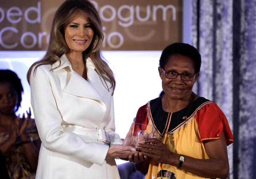 La primera dama de Estados Unidos, Melania Trump, reconoce el valor de un grupo de mujeres de diferentes partes del mundo en una gala de premios en el Departamento de Estado (Reuters)