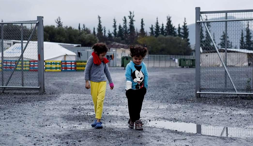 Menores en un centro para refugiados en Grecia (AP, archivo)