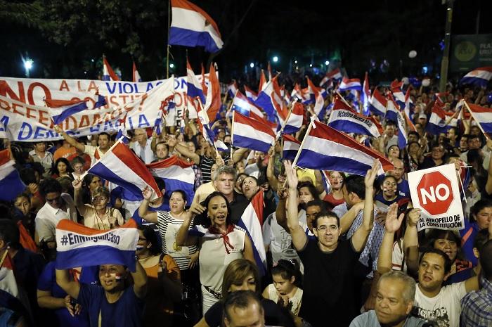 Miles de personas salieron a las calles de Paraguay para protestar contra la decisión del Senado.