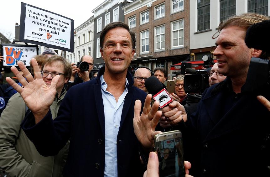 El primer ministro holandés Mark Rutte, del Partido Liberal del VVD, hace campaña para las elecciones holandesas de 2017 en Breda, Holanda (Reuters)