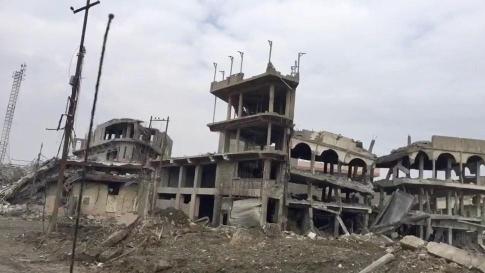 Zona destruida en el oeste de Mosul, Irak; denuncian que hay decenas de personas civiles sepultadas por enfrentamientos (Twitter @yamphoto)