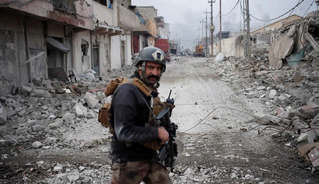 Un soldado iraquí de las fuerzas especiales camina en una calle durante una batalla con militantes islámicos en Mosul (Reuters)