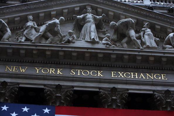 Fachada del Mercado de Valores de Nueva York; los índices abren con resultados mixtos (Getty Images, archivo)