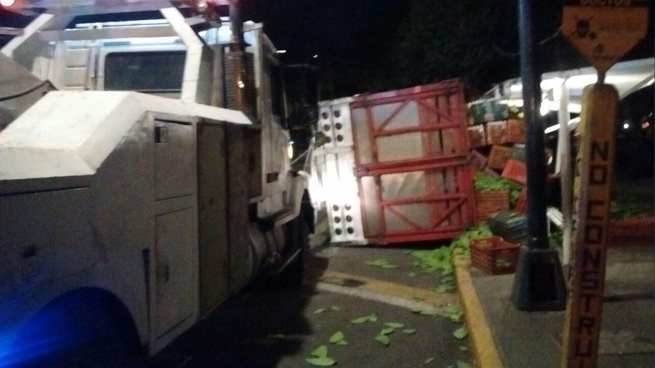 Camión vuelca sobre Prolongación División del Norte; el incidente no deja lesionados (Twitter @Miguelkuco)