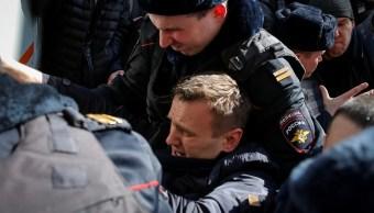 Agentes de policía detienen al candidato a la presidencia de Rusia, Alexéi Navalni, durante una manifestación en Moscú (Reuters)