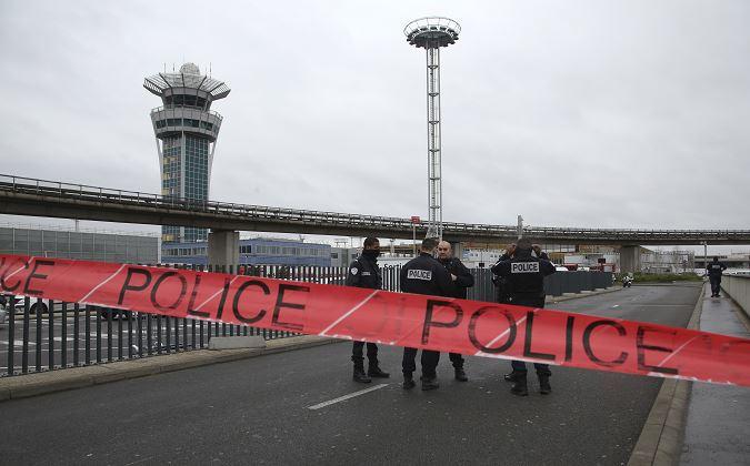 Las operaciones en el aeropuerto fueron interrumpidas en su totalidad. (AP)