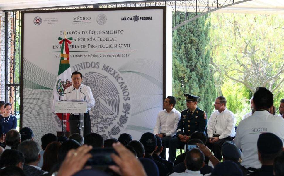 Miguel Ángel Osorio Chong, titular de la Segob, entrega equipamiento a la Policía Federal (Twitter @SEGOB_mx)