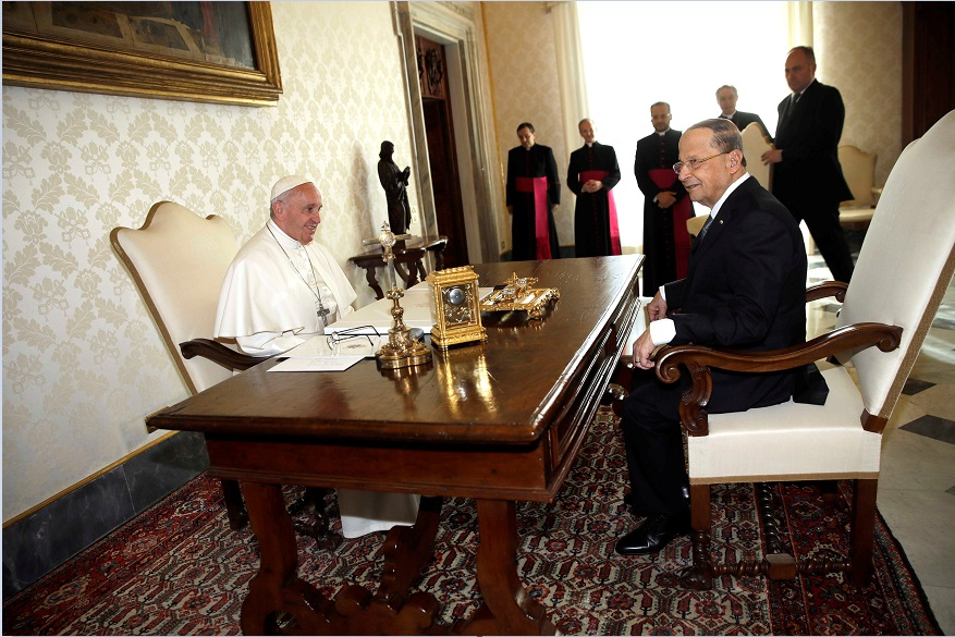 El papa Francisco y el presidente de Líbano, Michel Aoun, sostienen una reunión en el Vaticano (Reuters)