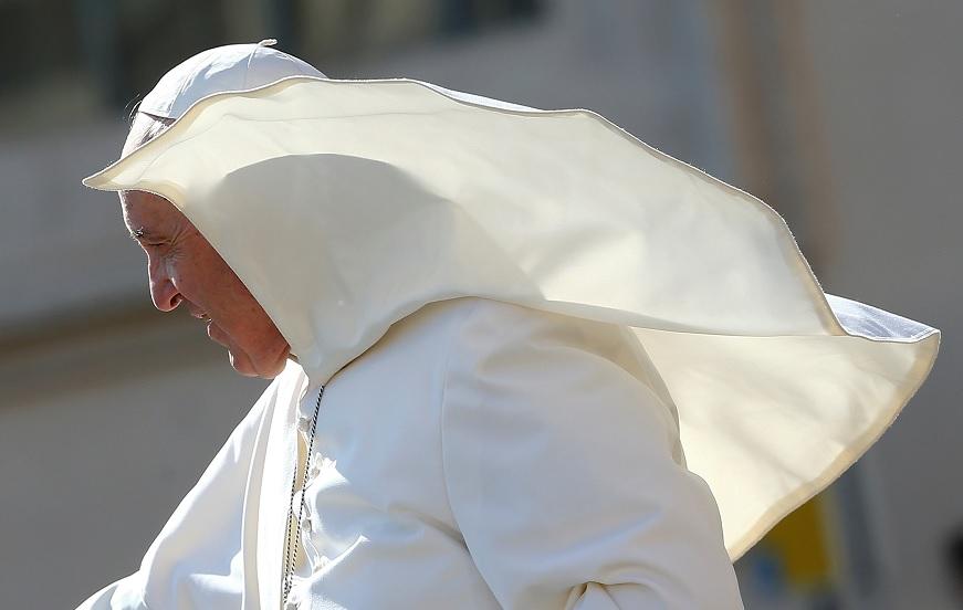 El papa Francisco a su llegada para dirigir la audiencia general del miércoles en la plaza de San Pedro, en el Vaticano (Reuters)