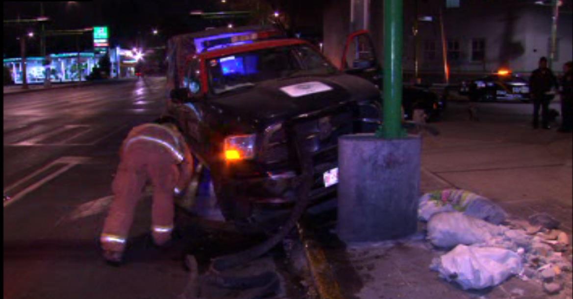 Patrulla se impacta contra poste en Eje Central Lázaro Cárdenas; no se registran lesionados (Noticieros Televisa)