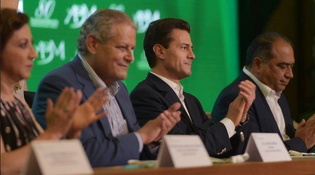 Al inaugurar la 80 Convención Bancaria en Acapulco, el presidente Peña Nieto reconoció la trayectoria del gobernador del Banco de México, Agustín Carstens. (Notimex)