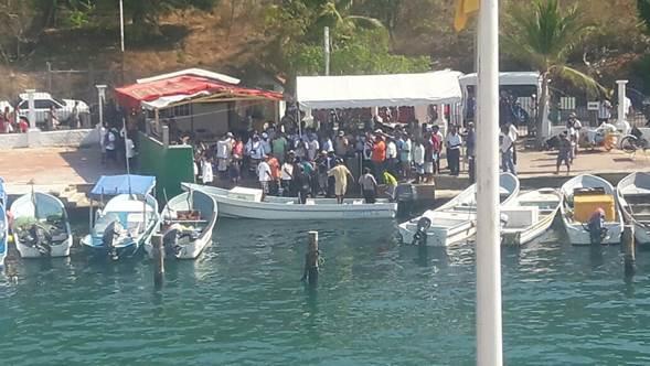 Los pescadores desaparecidos llegan al embarcadero Santa Cruz de Bahías de Huatulco, Oaxaca (Noticieros Televisa)