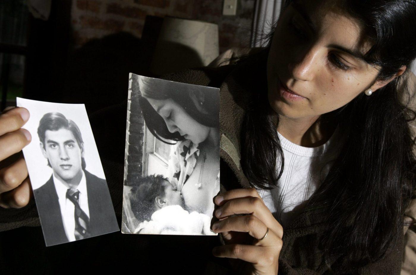 Clara Petrakos, muestra fotos de sus padres desaparecidos durante la Dictadura después de que su madre diera a luz en un centro de detención clandestino.