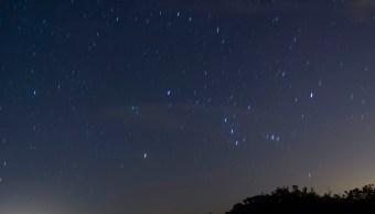 Una cantidad menor de personas acude a apreciar la lluvia de estrellas en playa de Chalchihuecan, Veracruz (NTX, archivo)