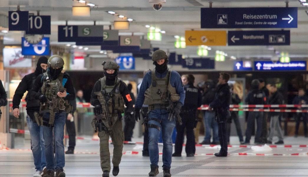 Policía de Alemania arresta a hombre luego de atacar con un hacha en la estación de Duesseldorf. (AP)