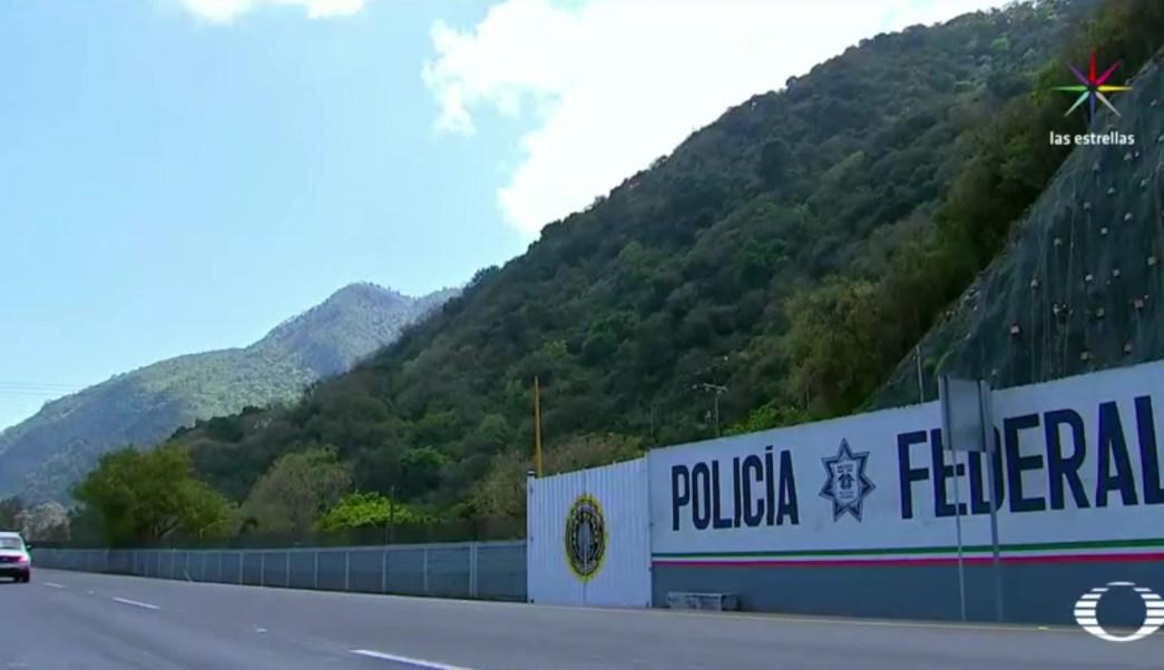 Hombres armados, algunos con pistolas y otros con machetes, intentaron tomar el destacamento realizando disparos. (Noticieros Televisa)