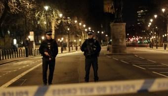 Policías resguardan el Parlamento Británico. (AP)