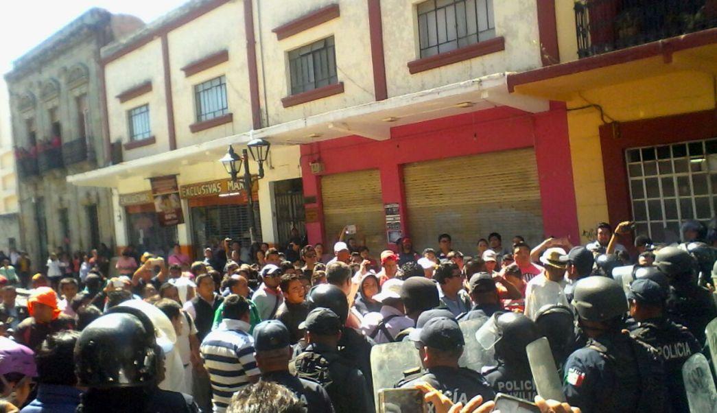 Policías lanzan gases lacrimógenos a miembros de la CNTE. (Noticieros Televisa)