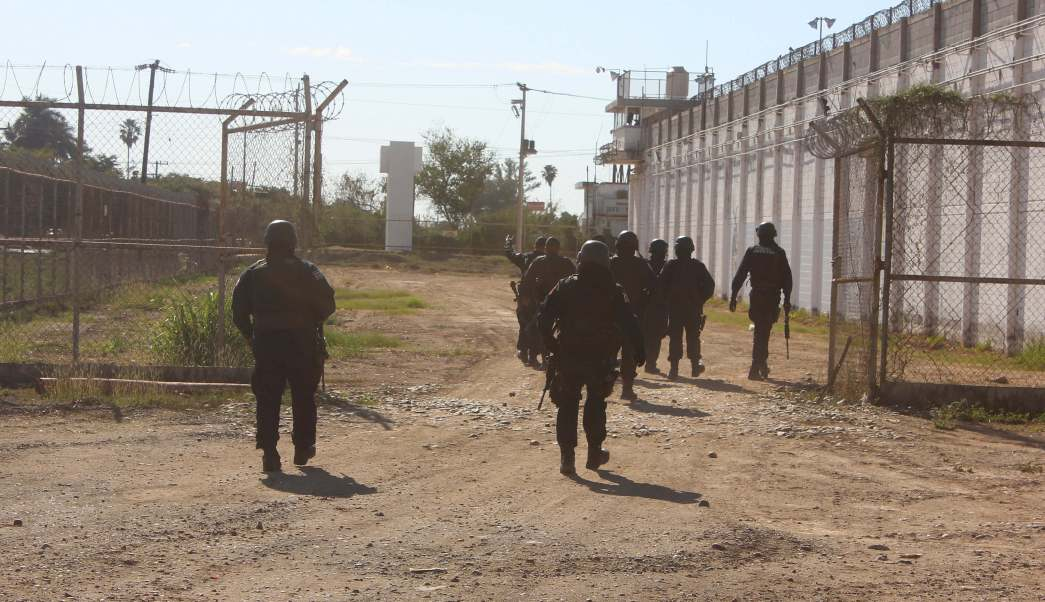 Policías patrullan el penal de Aguaruto, en Sinaloa (Reuters)