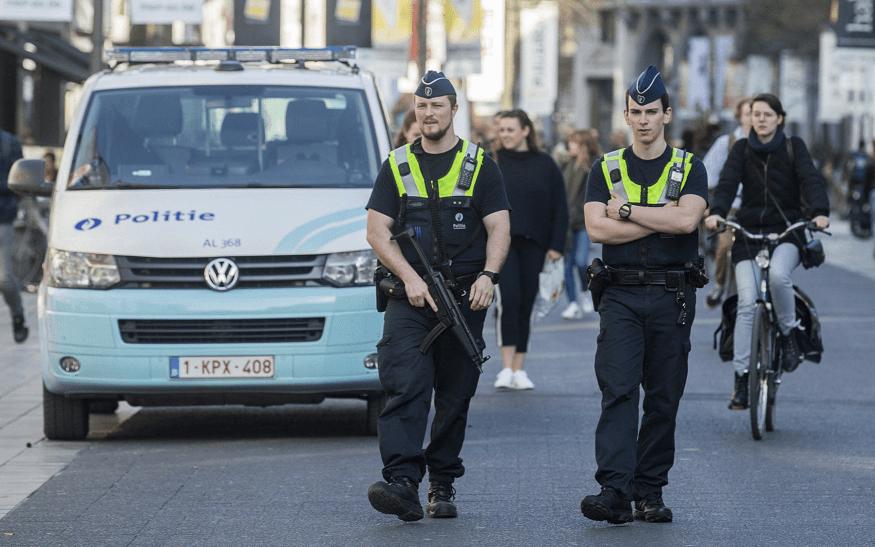 Policías patrullan por la calle Meir, el principal bulevar peatonal de Amberes, Bélgica. (EFE)