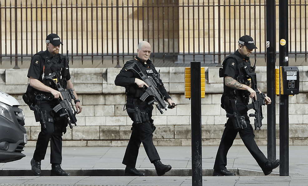 Policías vigilan los alrededores del Parlamento británico tras alerta de seguridad. (AP)