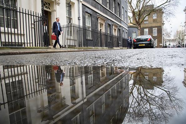 El ministro de Finanzas de Reino Unido, Philip Hammond, sostiene el portafolio rojo, en el que transporta la propuesta de presupuesto rumbo al Parlamento. (Getty Images)