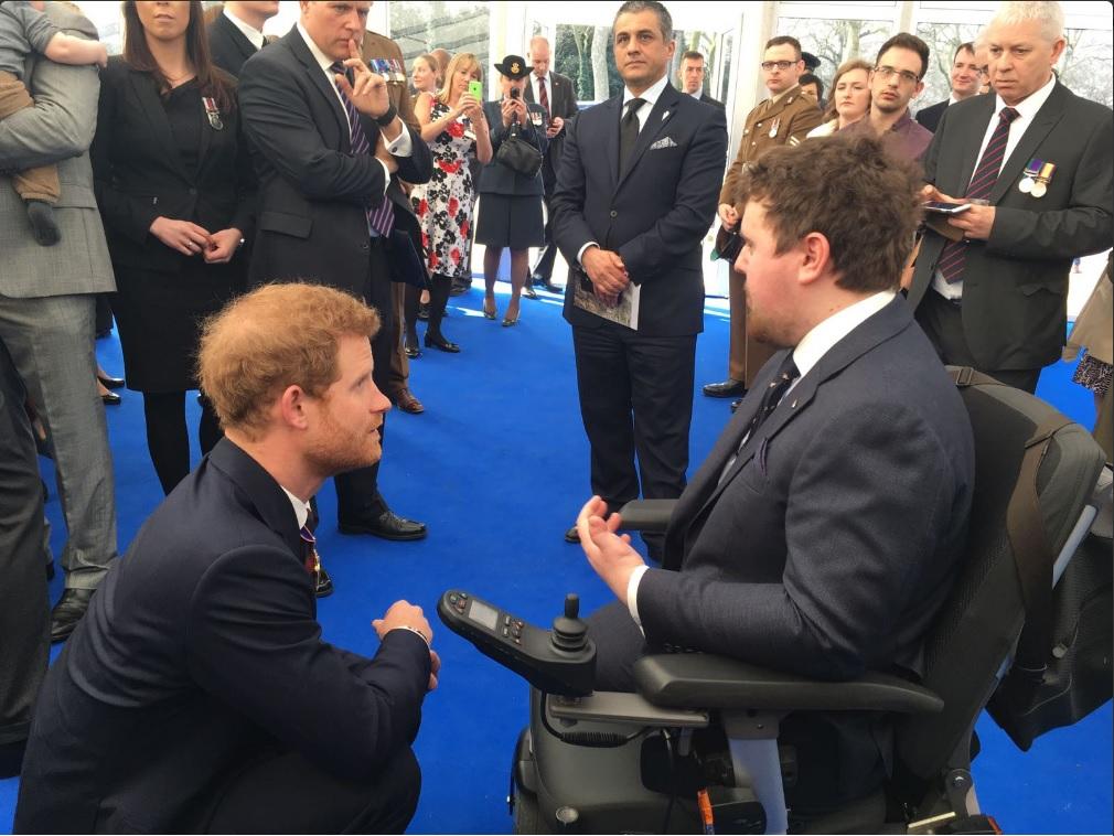 El príncipe Harry acude a la ceremonia para honrar a los militares y civiles que participaron en los conflictos de Irak y Afganistán (Twitter @RoyalFamily)