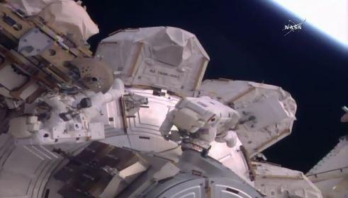 Dos astronautas realizaron la primera de tres caminatas espaciales. (@NASA)