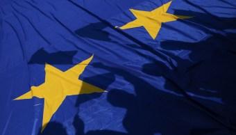 Manifestantes levantan una bandera europea durante una manifestación a favor de la UE mientras los líderes de la Unión Europea se reúnen en el centro de Roma (Reuters)