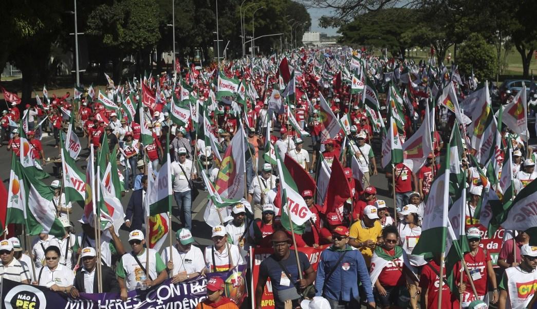Manifestantes protestan durante una huelga contra el proyecto de reforma a la seguridad social brasileña (AP)