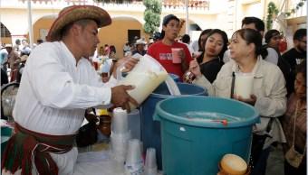 Productores de pulque realizan la Feria en la comunidad de San Mateo Ozolco, Puebla (NTX)